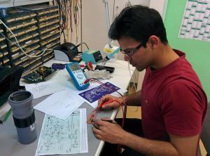 Sachit, Master-Student, baut den elektronischen Teil der Aktivantenne zusammen.